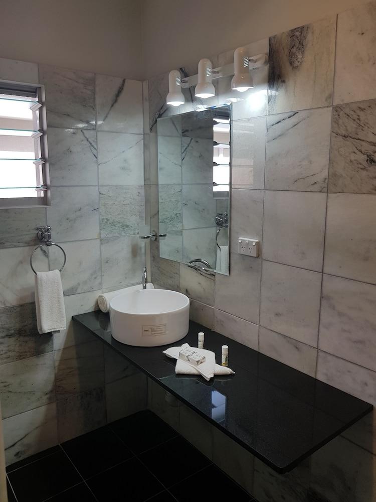 https://i.travelapi.com/hotels/8000000/7630000/7624200/7624107/ac35f7cf_z.jpg