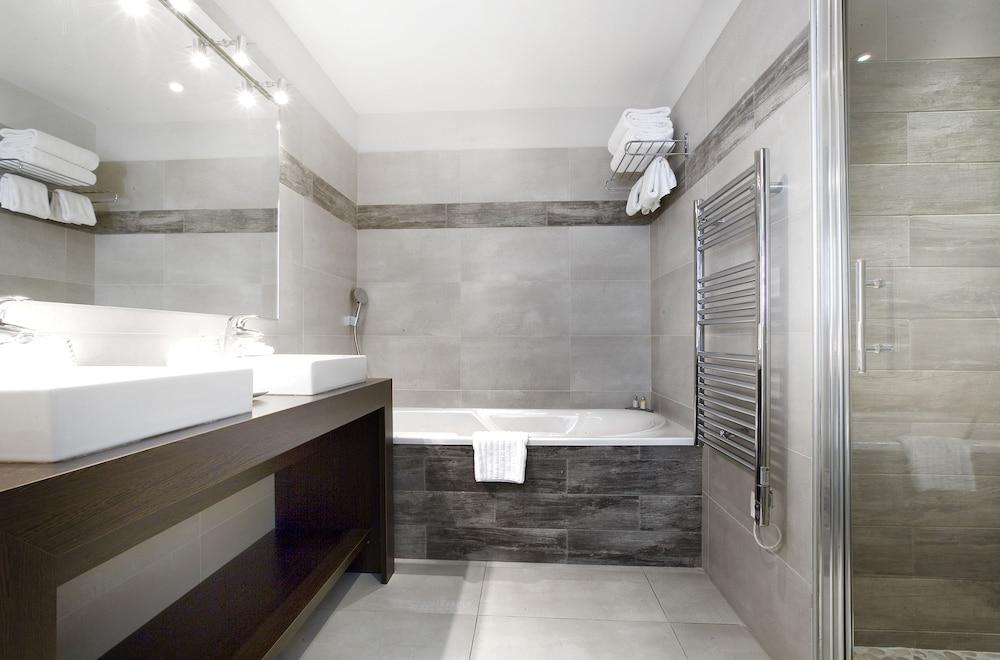르 클로 생마르탱 호텔 & 스파(Le Clos Saint-Martin Hôtel & Spa) Hotel Image 30 - Bathroom
