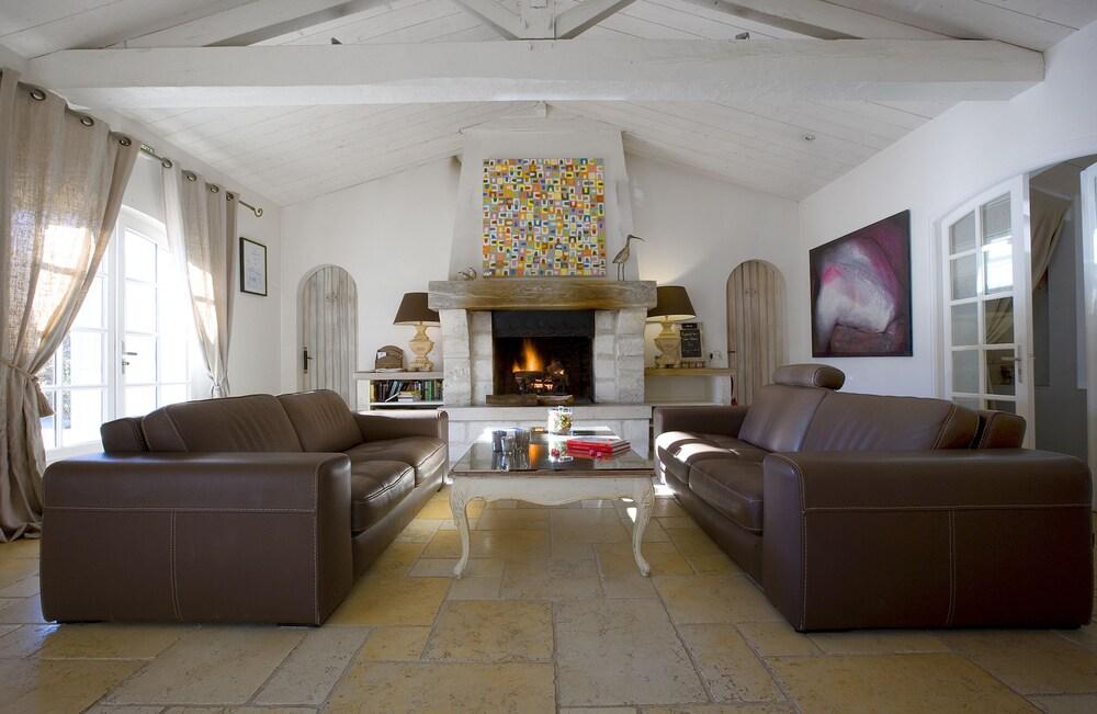 르 클로 생마르탱 호텔 & 스파(Le Clos Saint-Martin Hôtel & Spa) Hotel Image 1 - Lobby Sitting Area