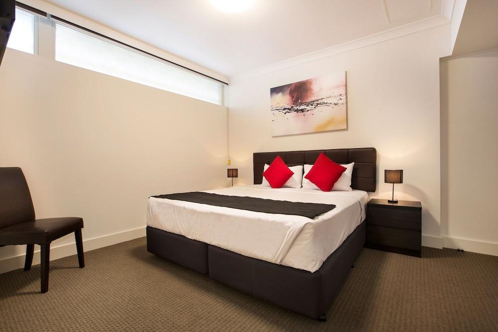 https://i.travelapi.com/hotels/8000000/7710000/7706800/7706740/43229ffe_z.jpg