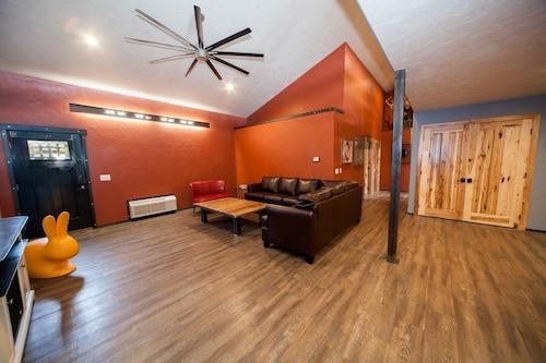 . Log Cabin Lodge & Suites
