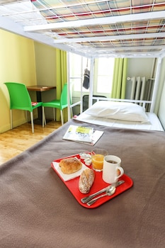 Bed in a mixed Dormitory with 6 Beds, Shared Bathroom