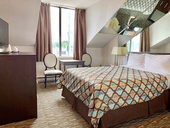 Single-Floor 1 Queen Bed Suite, Heart-Shaped Jetted Tub (Non-wheelchair Accessible)