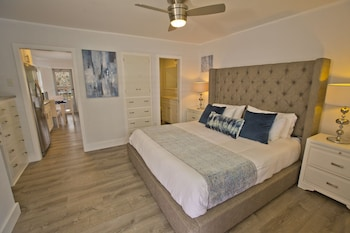 Premium Studio, 1 King Bed with Sofa bed