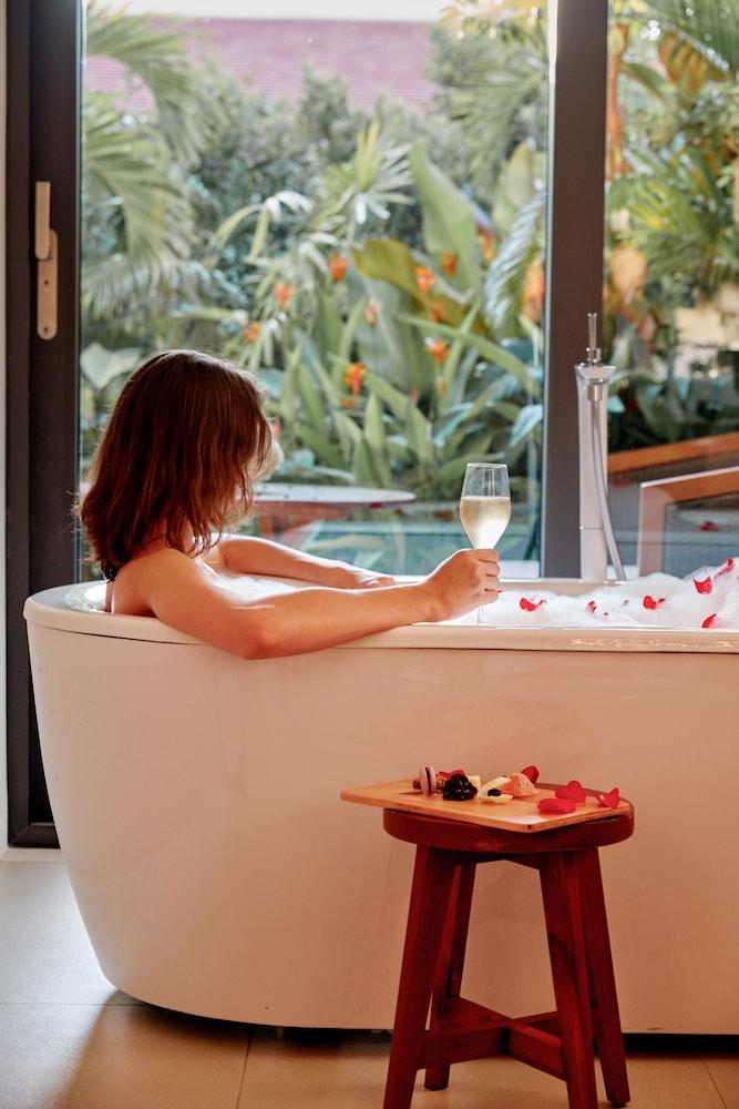 호텔이미지_Deep Soaking Bathtub