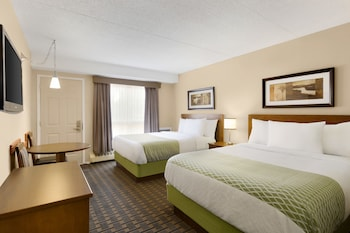 Hotel - Colonial Square Inn & Suites