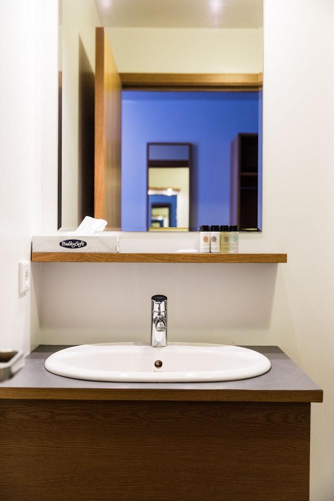 https://i.travelapi.com/hotels/9000000/8080000/8076700/8076635/7fda3d21_z.jpg