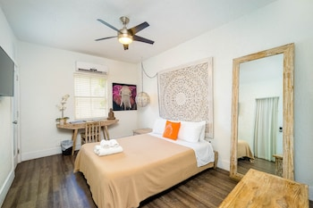 Deluxe Room (1 Queen Bed)