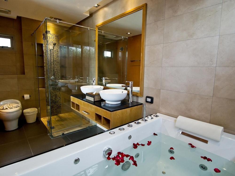 https://i.travelapi.com/hotels/9000000/8100000/8097000/8096989/0a8fdff1_z.jpg