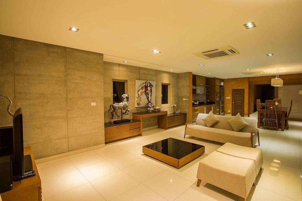 https://i.travelapi.com/hotels/9000000/8100000/8097000/8096989/0d7f72ec_z.jpg