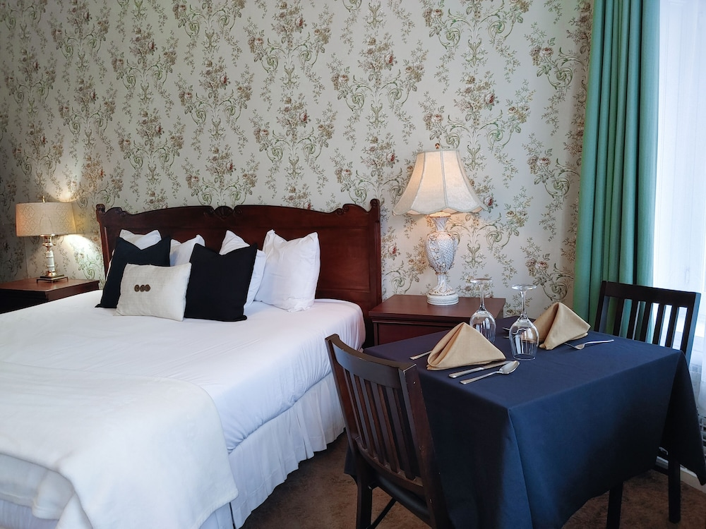 https://i.travelapi.com/hotels/9000000/8130000/8121100/8121093/9531995a_z.jpg