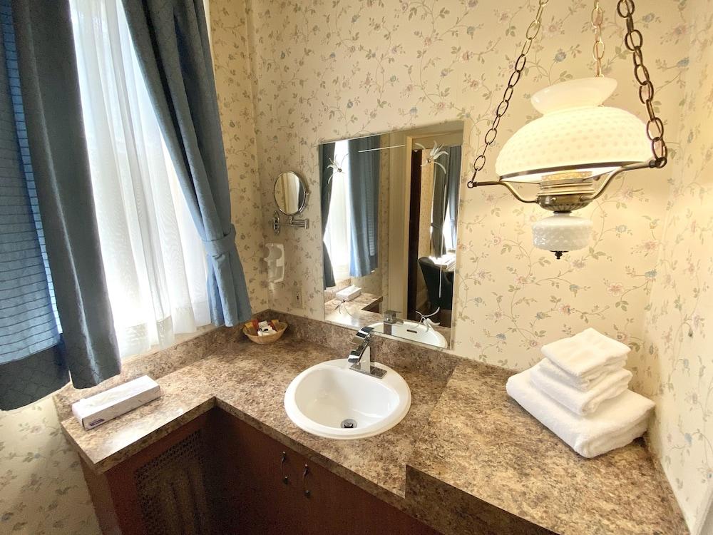 https://i.travelapi.com/hotels/9000000/8130000/8121100/8121093/9b57f5a3_z.jpg