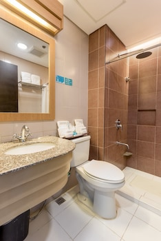 Microtel By Wyndham South Forbes Bathroom