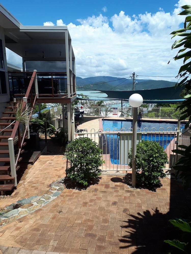 https://i.travelapi.com/hotels/9000000/8130000/8126500/8126477/730fd825_z.jpg