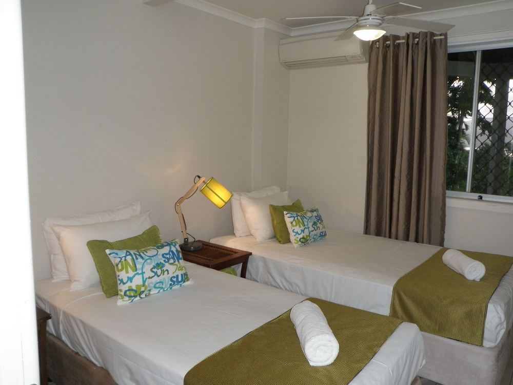https://i.travelapi.com/hotels/9000000/8130000/8126500/8126477/b52431ca_z.jpg