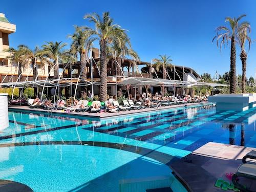 . Crystal De Luxe Resort & Spa – All Inclusive