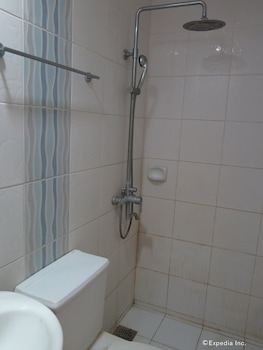 La Gloria Residence Inn Cebu Bathroom