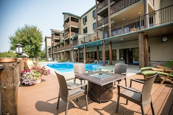 Hotel - The Pine Lodge on Whitefish River