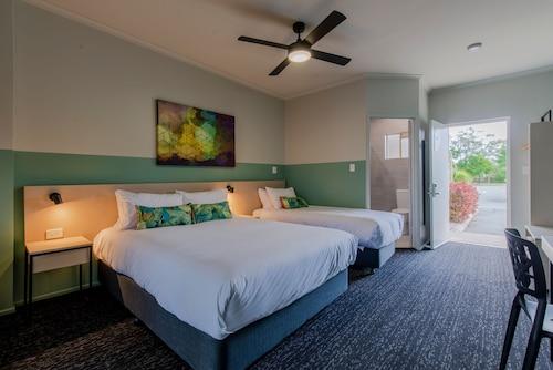 __{offers.Best_flights}__ Nightcap at Waterfront Hotel