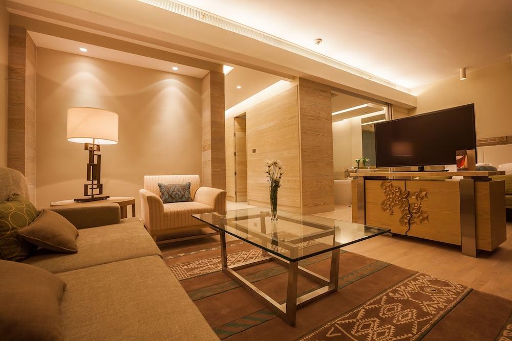 https://i.travelapi.com/hotels/9000000/8410000/8402000/8401907/0241a127_z.jpg
