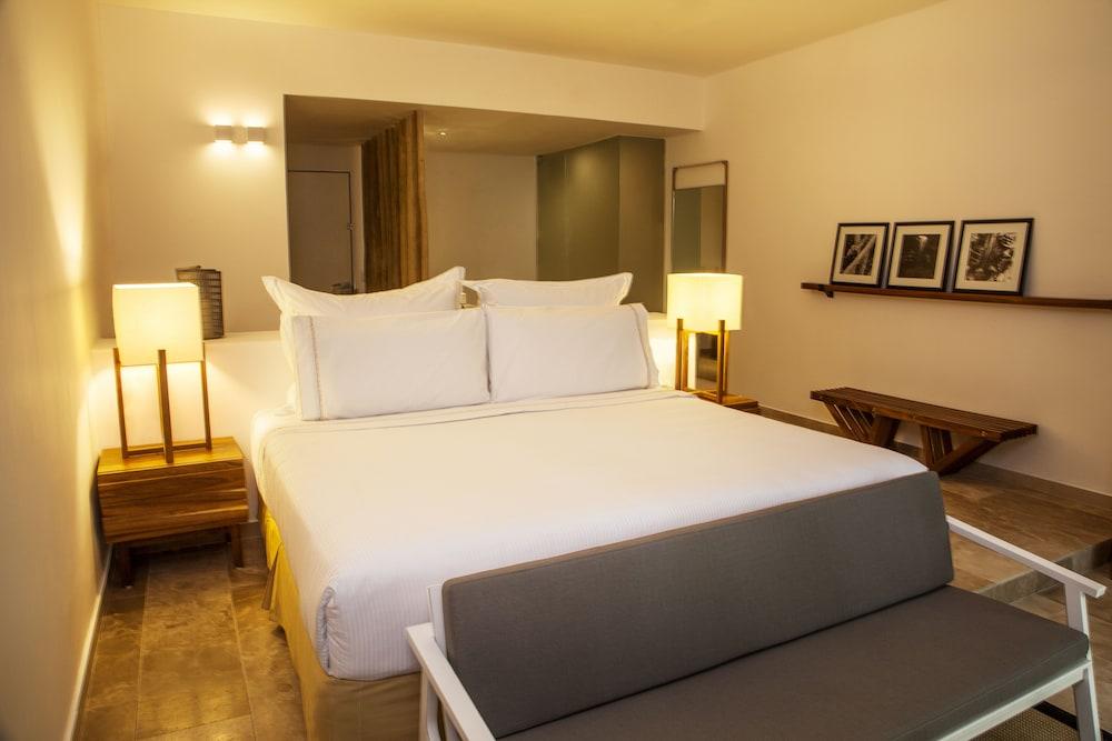 https://i.travelapi.com/hotels/9000000/8430000/8421000/8420948/7cde53db_z.jpg