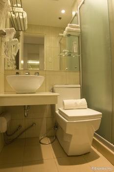 Regency Grand Suites Manila Bathroom