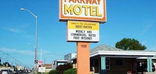 . Parkway Motel