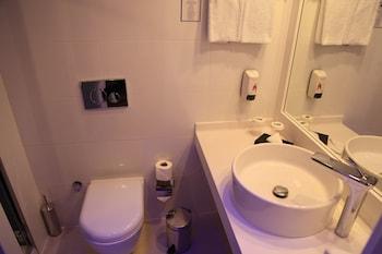 Holiday Inn Express Istanbul Airport - Bathroom  - #0