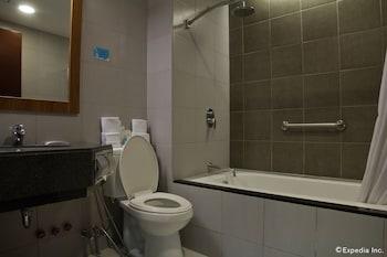 Microtel by Wyndham UP Techno Hub Bathroom