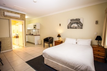 Guestroom at Darra Motel and Conference Centre in Darra