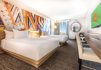 Deluxe Room, 2 Queen Beds, High Roller View