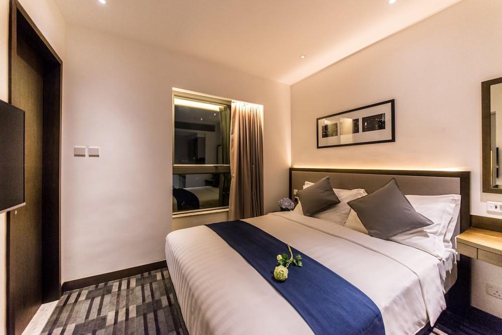 https://i.travelapi.com/hotels/9000000/8800000/8792600/8792570/a9d2830e_z.jpg